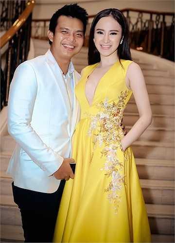 Angela Phương Trinh được stylist Đỗ Long tháp tùng đến sự kiện. Cô diện chiếc đầm màu vàng nổi bật, trẻ trung, thiết kế đơn giản của NTK Lê Thanh Hòa. Phần thân váy được thêu họa tiết cùng màu sắc trang nhã với váy.