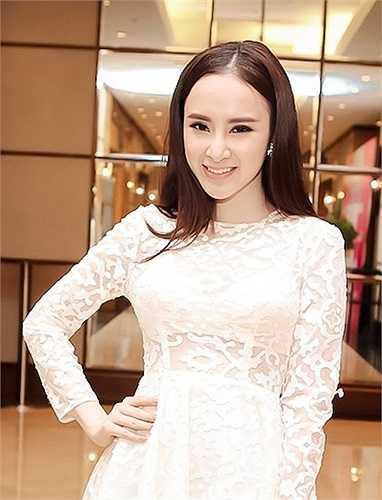 Tại sự kiện, nữ diễn viên 19 tuổi thu hút sự chú ý của quan khách bởi gương mặt trang điểm nhẹ nhàng nhưng vẫn xinh đẹp. Sau khi tham gia biểu diễn trong một tiết mục, bà mẹ nhí thay bộ đầm vàng bằng chiếc váy ren trắng xuyên thấu.