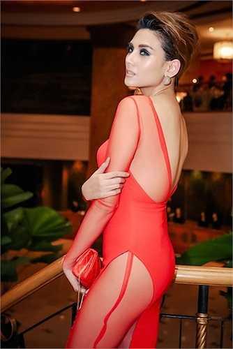 Hoàng Yến cũng xuất hiện tại sự kiện với hình ảnh gương mặt đại diện cho nhãn hàng giống Angela Phương Trinh. Cô thu hút ống kính với kiểu trang điểm ấn tượng.