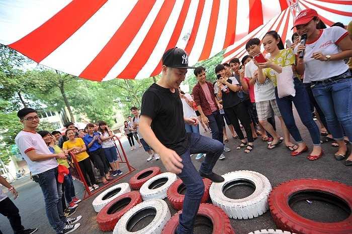 Anh đã tham gia tất cả các trò chơi và khuấy động sân khấu bằng những ca khúc sôi động như Nồng nàn Hà Nội, Hồ Gươm sáng sớm.