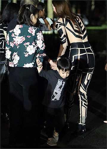 Tuy nhiên, đáng chú ý không kém tại sự kiện tối qua chính là sự hiện diện của cậu nhóc Subeo - con trai Hà Hồ. Nhân ngày cuối tuần rảnh rỗi, Subeo đã thay bố Quốc Cường 'hộ tống' mẹ đi diễn và tận mắt chứng kiến tiết mục đầy màu sắc của Hà Hồ tại Dinh độc lập.
