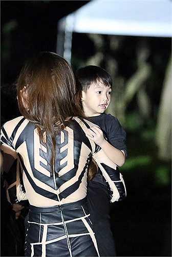 Thời gian gần đây, Hà Hồ thường xuyên đưa Subeo đi lưu diễn cùng mình, nữ ca sỹ hy vọng cậu bé sẽ sớm làm quen, cũng như mạnh dạn tiếp xúc với môi trường mới bên ngoài sau nhiều tháng giữ kín hình ảnh con trai trước giới truyền thông.