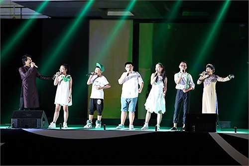Ngoài sự góp mặt của Hà Hồ, ca sỹ Thanh Bùi cùng học trò của mình cũng xuất hiện trong sự kiện vừa qua với ca khúc Hát ru Bắc Bộ, Lời mẹ ru.