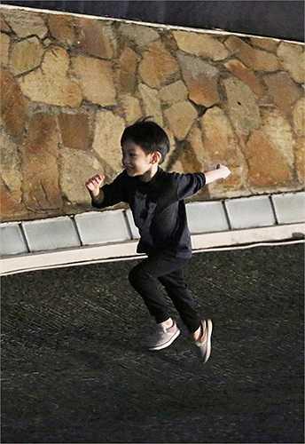 Cậu bé hiếu động chạy nhảy khắp hội trường trong lúc chờ đợi mẹ biểu diễn.