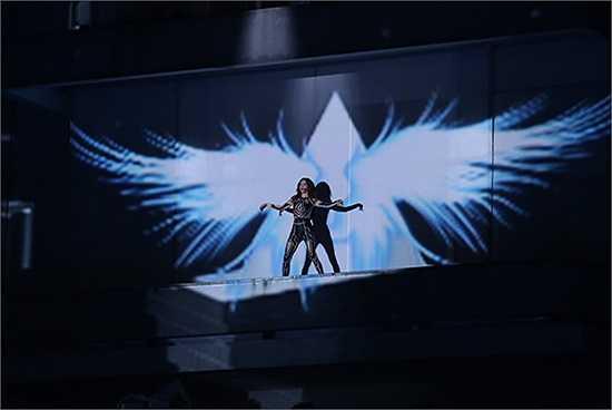 Hiệu ứng 3D được tận dụng triệt để trong màn trình diễn kết chương trình của nữ giám khảo X-Factor.