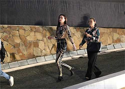 Vừa kết thúc phần trình diễn, Hà Hồ và mẹ đã vội vã tìm kiếm cậu con trai cưng đang chờ sẵn bên dưới hội trường.