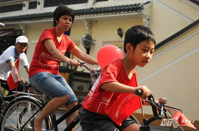 Hơn 600 người đã có mặt tham gia chương trình đạp xe trong đó có không ít em nhỏ rất hào hứng với chương trình