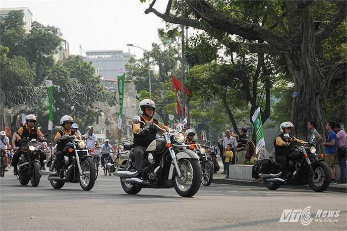 Những người tham gia chương trình đạp xe sáng 12/10 được hộ tống bởi đoàn mô tô phân khối lớn hầm hố