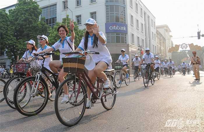 Đoàn xe đi qua nhiều con phố lớn ở Hà Nội, trong ảnh là đoàn đi trên phố Tràng Tiền trong nắng sớm