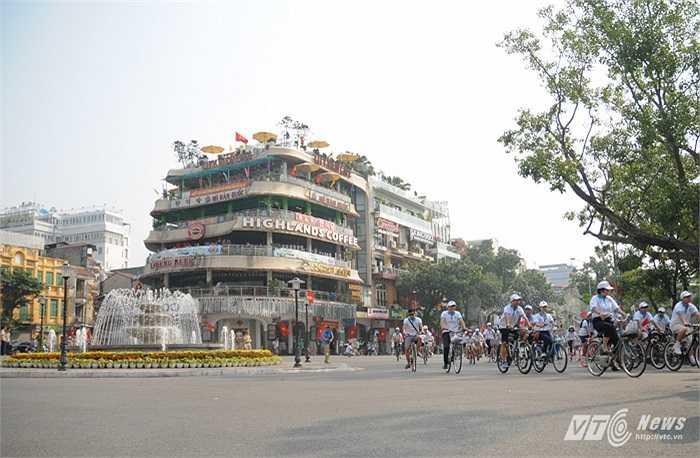 Đoàn xe đi qua đài phun nước trên phố Đinh Tiên Hoàng
