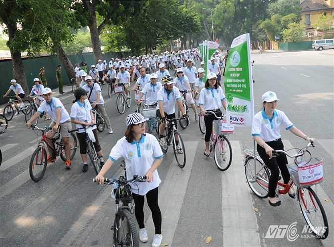 Đoàn xe dừng trước Đài tưởng niệm các anh hùng liệt sỹ trên phố Hoàng Diệu
