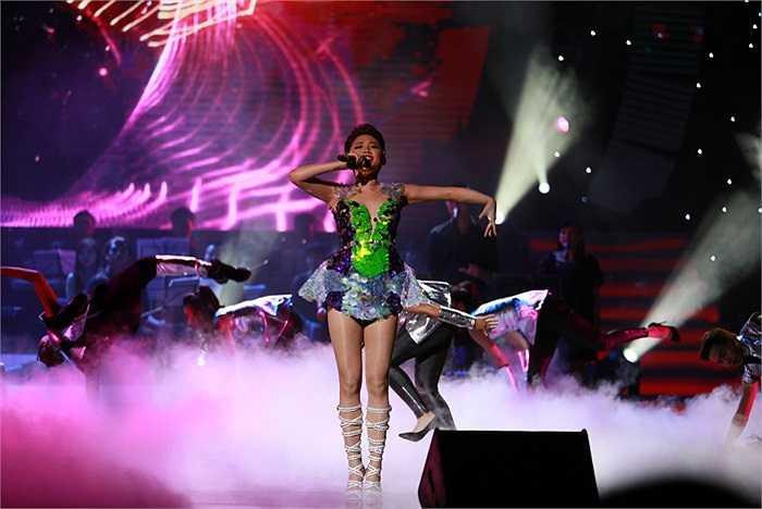 Tóc Tiên là ca sỹ mở đầu cho đêm nhạc Đêm tình nhân diễn ra tại Trung tâm Hội nghị Quốc gia vào tối 11/10.
