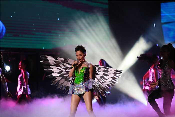 Với đôi cánh thiên thần, Tóc Tiên gây ấn tượng với khán giả khi xuất hiện trước khán giả từ trên cao