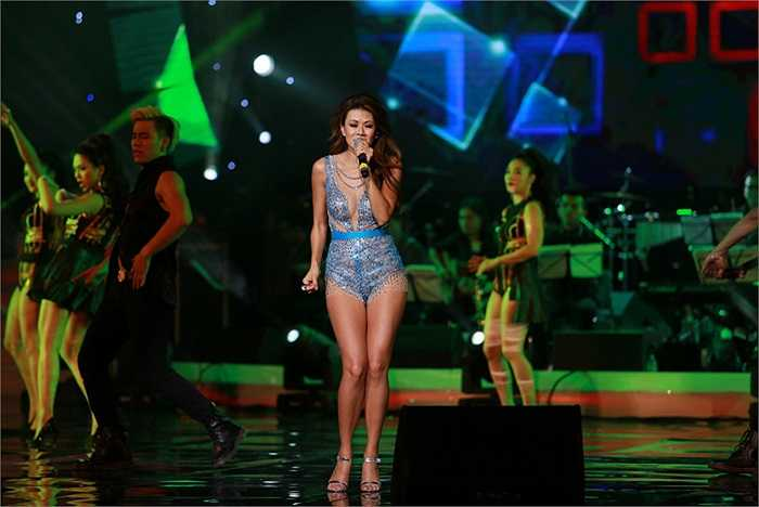 Diện trang phục khá ngắn và sexy, nữ ca sỹ hải ngoại Như Loan khoe khéo được đôi chân thon dài, quyến rũ trên sân khấu.