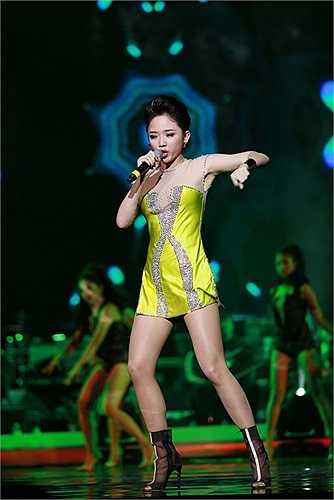 Tiếp đến Tóc Tiên xuất hiện với bộ váy vàng màu ngắn khoe đôi chân dài và vóc dáng như một người mẫu.