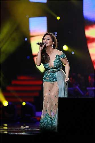 Xuất hiện trên sân khấu thủ đô tối 11/10, nữ ca sỹ Minh Tuyết trông có vẻ đầy đặn hơn so với trước đây.