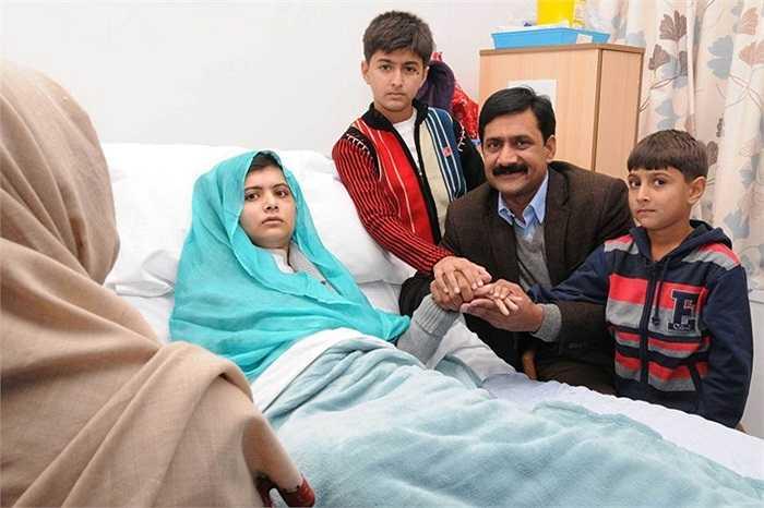 Yousafzai điều trị trong bệnh viện sau khi cô bị tay súng Taliban bắn vào đầu năm 2012