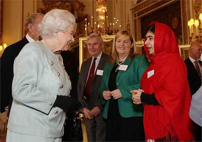 Yousafzai gặp gỡ Nữ hoàng Elizabeth II tại cung điện Buckingham, LonDon năm 2013