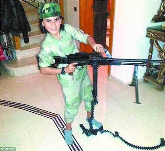 Abu Ubaidah tươi cười bên một khẩu súng lớn