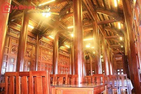 Hệ thống cột, kèo, trần nhà, sàn, tường...nội thất được làm hoàn toàn bằng gỗ lim nguyên khối.