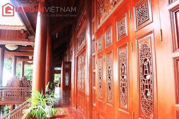 Phần tường, hành lang, cột và các cánh cửa của ngôi nhà sàn.