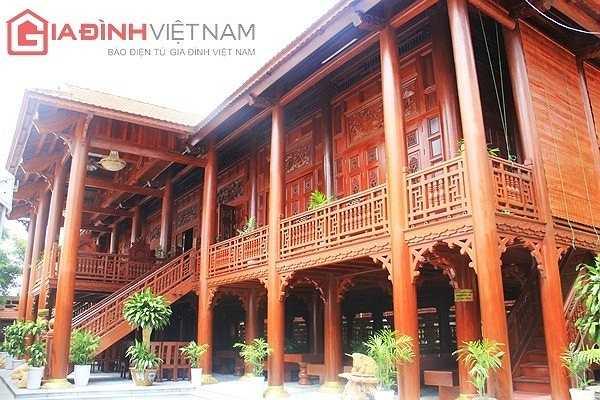 Nhìn từ phía cổng vào, ngôi nhà sàn gồm 7 gian được xây dựng bằng gỗ lim nguyên khối