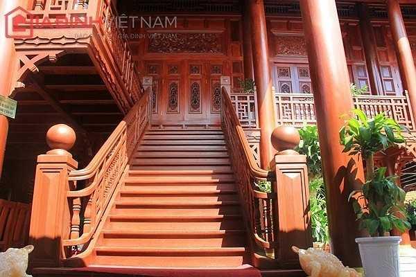 Cầu thang lên xuống cũng được làm bằng gỗ lim.