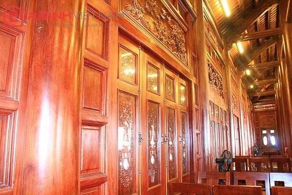 Tầng 2 của nhà sàn được trang trí bằng 25 tấm chạm trổ tinh xảo. Các cánh cửa bằng gỗ lim cũng được đục đẽo công phu.