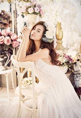 Trái ngược với những hình ảnh nóng bỏng, cá tính như trước kia, Hoàng Thùy Linh lại hóa thân trở thành thiếu nữ đẹp mong manh, đầy dịu dàng, e ấp nhưng cũng không kém phần quyến rũ.