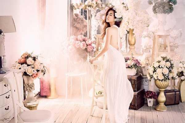 Mặc bộ váy trắng tinh khôi, Hoàng Thùy Linh trở nên đẹp mong manh