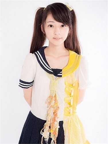 Sugino Shizuka sinh ngày 21/7/1994 ở quận Hyogo (Nhật Bản), có thân hình nhỏ nhắn khả ái với chiều cao chỉ khoảng 1m55.