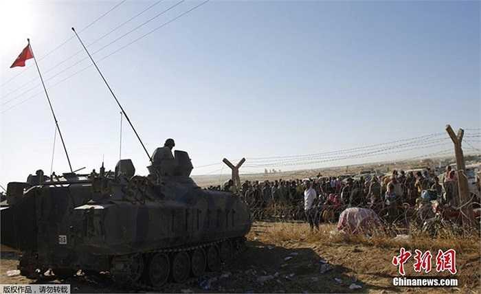 Xe tăng Thổ Nhĩ Kỳ trấn áp biên giới canh không cho người Kurd vượt biên