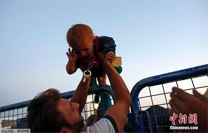 Những em nhỏ theo cha chạy trốn IS