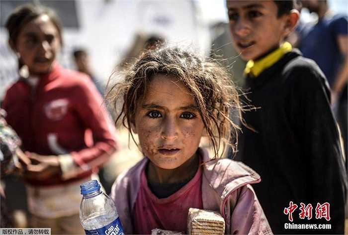 Một bé gái với khuôn mặt nhem nhuốc trên đường trốn sang Thổ Nhĩ Kỳ