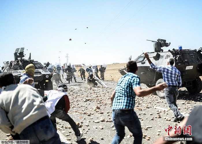Xung đột giữa những người tị nạn Kurd với các binh sĩ Thổ Nhĩ Kỳ ở biên giới