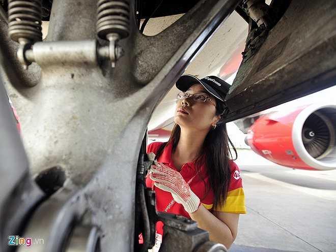 Hàng ngày, Trang được phân công kiểm tra hai chuyến bay đáp xuống sân bay Đà Nẵng. Bất kể nắng, mưa cô luôn phải tập trung cao độ làm việc. Mỗi chuyến máy bay chỉ dừng trong 30 phút trên sân đỗ sau đó tiếp tục hành trình tới sân bay khác nên nữ kỹ sư chỉ có khoảng 15 phút để kiểm tra kỹ thuật.