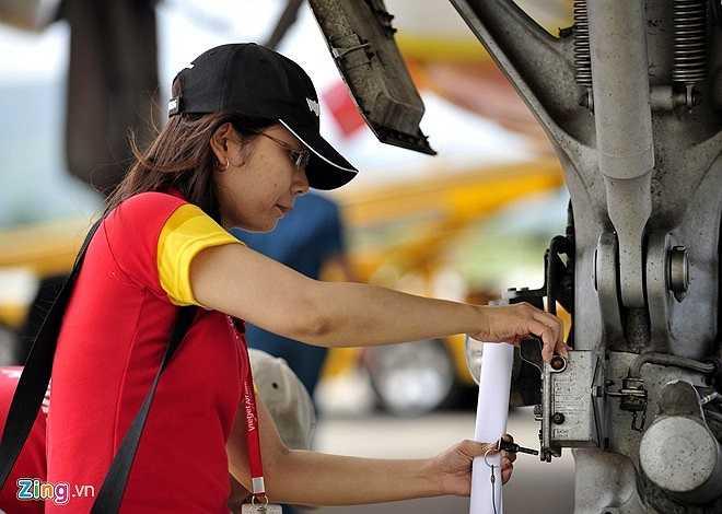 Mỗi chuyến bay an toàn đòi hỏi sự cẩn thận trong khâu kiểm tra các chi tiết dù là nhỏ nhất. Cô cho biết, đây là trách nhiệm và cũng là một áp lực rất lớn đối với mình.