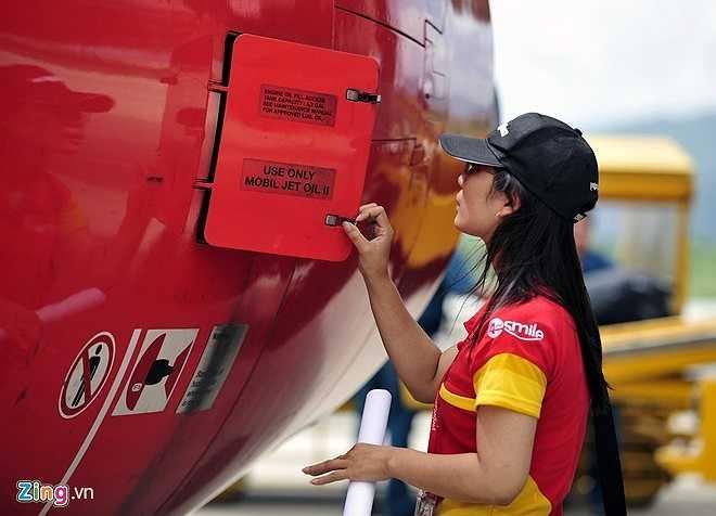 Theo ông Hồ Hữu Đông - Trưởng phòng Bảo dưỡng bảo trì (Trung tâm Bảo dưỡng ngoại trường Vietjet Air Đà Nẵng) Thu Trang có trách nhiệm với công việc, nắm bắt nhanh công nghệ, nhất là đối với công việc kiểm tra bảo dưỡng mà cô được đào tạo ngắn hạn về hai dòng máy bay A320-321 do Airbus chuyển giao tại Việt Nam.