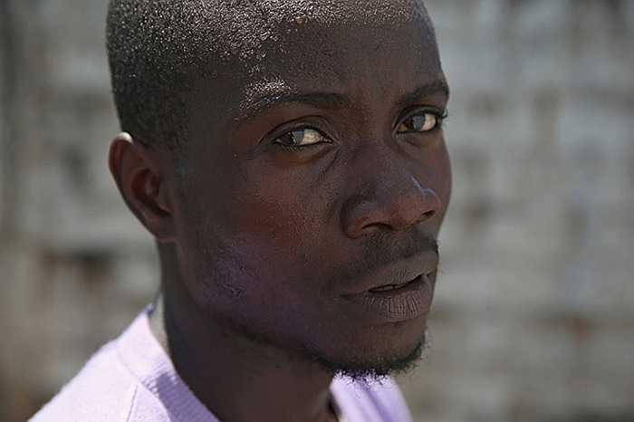 Anh chàng thợ xây có 5 người thân bị chết vì Ebola sống sót trở về