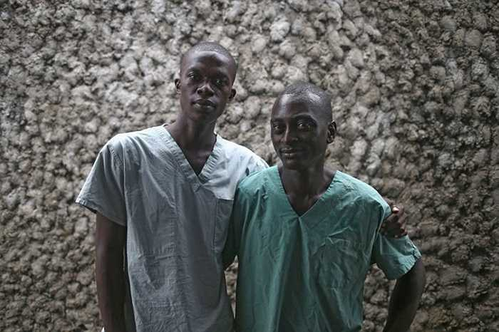 2 y tá trong tổ chức bác sỹ không biên giới may mắn sống sót sau khi nhiễm virus từ các bệnh nhân