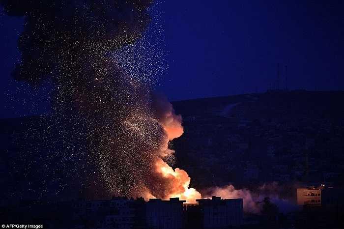 Những cột khói lửa bốc lên trong đêm
