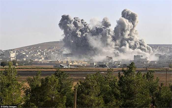 Những cuộn khói bốc lên từ nơi trúng không kích của Mỹ và các nước liên minh ở Kobani, Syria