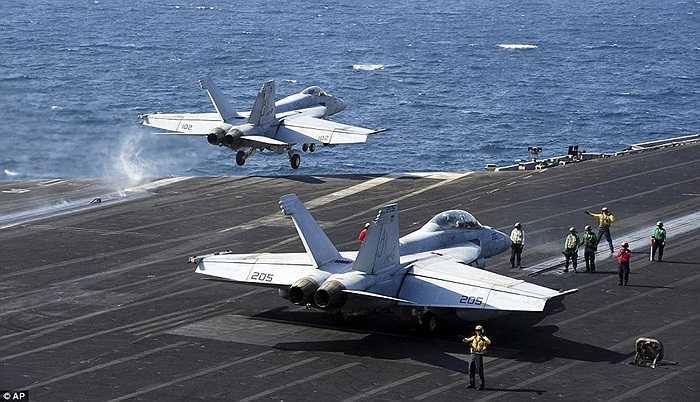 Chiến cơ Mỹ xuất kích từ tàu sân bay đi làm nhiệm vụ không kích IS