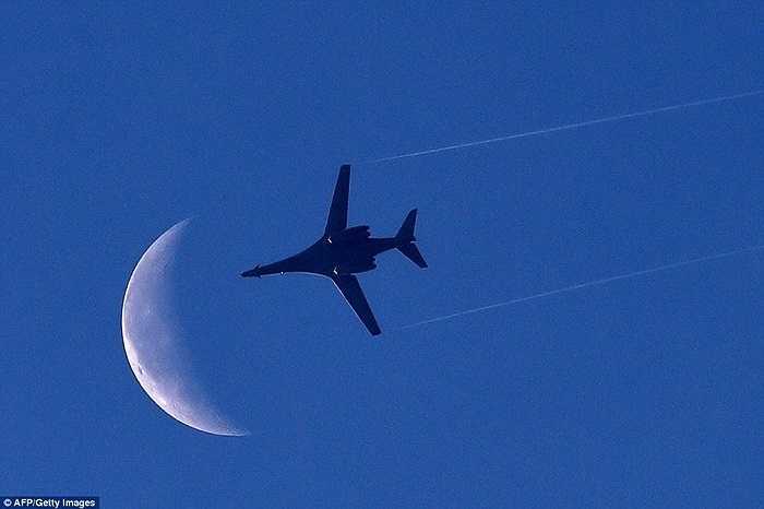 Máy bay ném bom B1-B của Mỹ bay ngang qua bầu trời Kobani