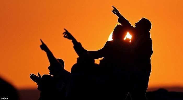 Người dân Kobani xem máy bay Mỹ và Ả Rập không kích IS