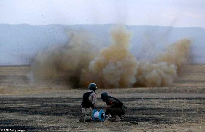Các chiến binh người Kurd ở Syria làm nhiệm vụ phá mìn do IS cài