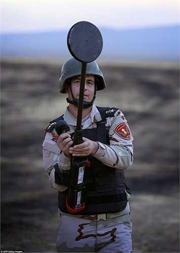 Các binh sĩ người Kurd dò mìn
