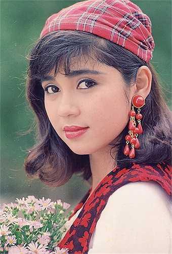 Với danh tiếng nổi như cồn mà dòng phim mỳ ăn liên mang lại, cùng với nhan sắc 'chim sa cá lặn', Việt Trinh trở thành người yêu của Phạm Huy Phước - giám đốc Công ty Tamexco.