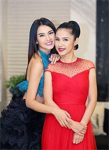 """Việt Trinh chọn cho mình chiếc váy đỏ dáng xòe tinh tế được đính đá trên nền vải lưới ở ngực, cô khoe nhan sắc """"vượt thời gian"""" cùng siêu mẫu Anh Thư."""
