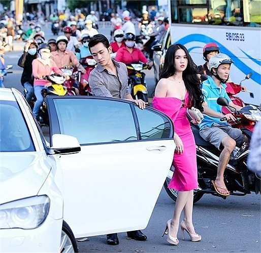 Xuất hiệncùng nam người mẫu Võ Cảnh tham dự sự kiện bằng một chiếc ô tô sang trọng, Ngọc Trinh diện chiếc váy hồng nổi bật giữa phố nhưng phần cổ khoét sâu như chực rơi của người đẹp, không khỏi khiến người nhìn lo lại.